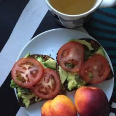 Avocadotoast tomaatilla on klassikko!