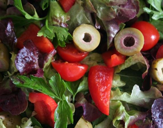 Petersilie-Pfefferminz-Salat mit Oliven