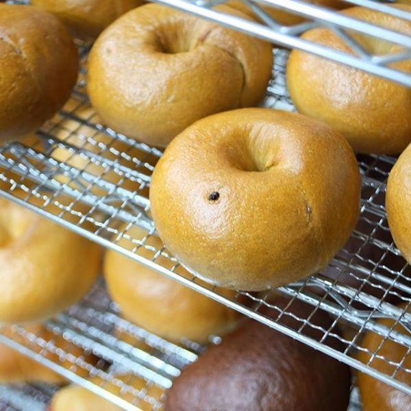 明日6月29日(木)のオススメは、ティラミスベーグルです。落としたてのエスプレッソを生地に練り込んだ、コーヒー風味のベーグルです。少し甘くしたコクのあるクリームチーズとごろっとした大粒チョコチップで、ティラミスの味を再現しています。コーヒーにこだわりのある当店だからこそできる、スイーツベーグルです。チョコやクリームチーズをめいっぱいまでたっぷり詰めているので、時々少し溢れてしまうこともあります。食べる際は十分注意してくださいね☆フレンチトーストは夏も近づいて暖かくなってきたので、衛生面を考えて休止します。また秋頃に。店頭販売分は、当日の朝5:00までメールで取り置きを承っています。ほぼ毎日メルマガやSNS等で、翌日のラインナップをお知らせしています。取り置き方法はこの記事の最後にお知らせしています。遠慮なくお申し付けくださいね☆#ベーグル照り焼きチキンプレーンドッグ全粒粉とカマンベールティラミスWチョコクランベリーWアップルプレーン #スコーン塩バニラ抹茶ホワイトチョコキャラメルピーカンナッツカフェモカレモンクリームチーズ[新商品]パルメザントマトバジル6個入りスクエアスコーンオレンジホワイトチョコやかぼちゃなど、このセットだけのフレーバーが入っています。詳しくは店頭のポップをご覧ください。#マフィンフレッシュオレンジとカスタードクリームのマフィンそのままでも食べられますが、暑くなってきたこの時期は冷蔵庫で冷やして食べると、よりおいしいです。マフィンは他の商品に比べ、製造数が少な目です。事前に分かっているようでしたら、ご予約か取り置きをお願いします。開店前に焼いて、出来立てをお渡しします。メニューは全て日替わりです。気になる商品はご予約や取り置きいただければ、1個からご用意します。全て手作業のため、多めに必要でしたらお取り置きメールをご利用ください。明日も焼きたてのベーグルと美味しいコーヒーを用意して、皆様のお越しをお待ちしております。#ベジーベーグルアンドエスプレッソ#ベーグル専門店#スコーン専門店#エスプレッソ#富士市店頭販売のお取り置き方法についてはこちらからhttp://veggiebageles.com/otorioki/明日6月29日(木)の取り置き注文は、本日6月28日(水)ただ今17:20から6月29日(木)の朝5:00まで受け付けております。翌日のラインナップをメールマガジンで皆さんの携帯電話にお届けしています。登録はこちらからhttp://veggiebageles.com/mailmag/ ============================== Veggie Bagels&Espresso〒416-0951富士市米之宮町109 1FTEL 0545-30-8637 /FAX 0545-30-8634Instagram  https://www.instagram.com/veggiebagels/Facebook  https://facebook.com/VeggieBagelsEspresso ==============================
