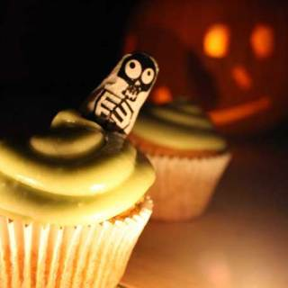 Pumpkin Guts Cupcakes with Ghoulishly Green Avocado Icing. Lightly spiced, these pumpkin cakes are topped with a ghoulishly green avocado icing - a slightly healthier take on buttercream | Veggie Desserts Blog