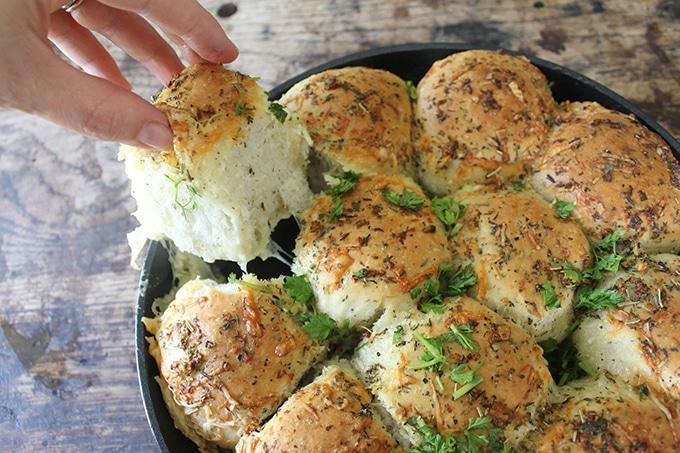 Cheesy Garlic Skillet Rolls | Veggie Desserts Blog