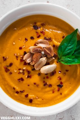 Incredibly delicious sweet potato peanut soup that's ready in only 20 minutes! Vegan, gluten free, healthy, and so flavorful. #veggielexi #vegansoup #veganrecipes #soup #sweetpotato #glutenfreerecipes - by Veggie Lexi