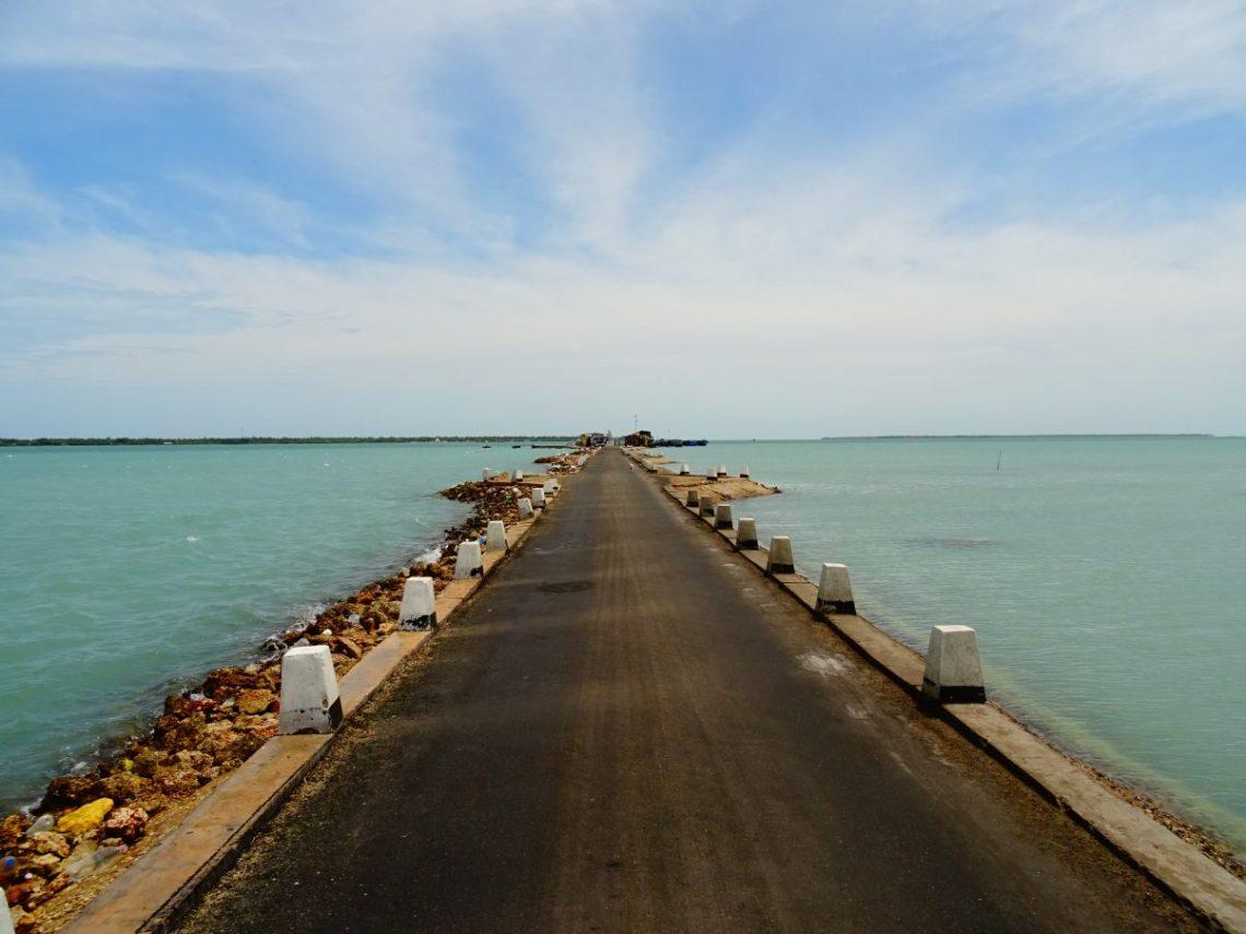 Long road in Jaffna Backpacking Sri Lanka