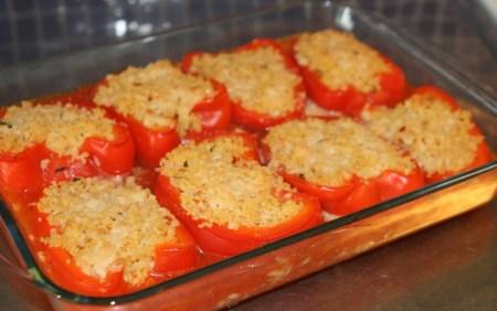 8 gratinerade halvor röd paprika i en rektangulär glasform