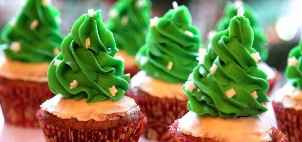 Cupcakes med grön topping i form av julgranar med stjärnströssel i vitt på