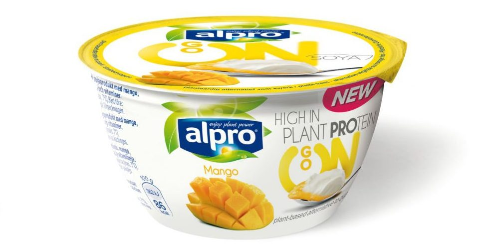 Förpackning av Alpro GO ON Mango, vit plastburk med folielock, detaljer i mangofärg