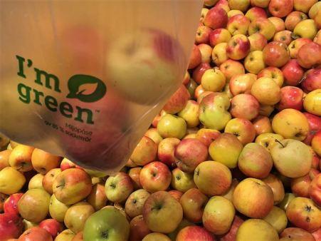 Äpplen med en påse med äpplen i framför