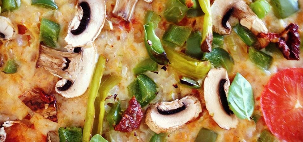 Pizza med färsk tomat, feferoni, grön paprika, champinjoner, soltorkad tomat och gul lök