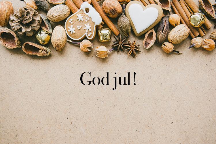 Nötter och pepparkakor i övre delen av bilden, under texten God jul!