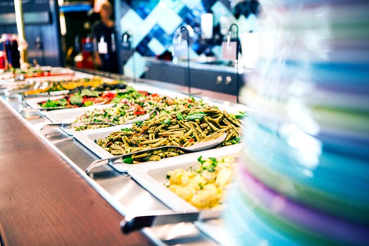Buffe med olika maträtter på rad