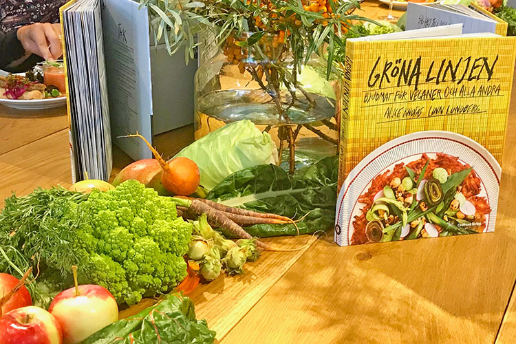 Grönsaker och boken Gröna linjen på ett bord