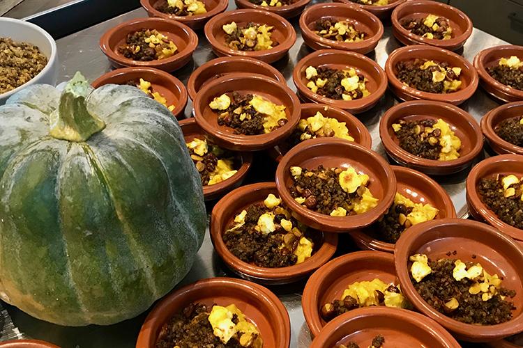 Flera bruna små skålar med färs och rotsaker i
