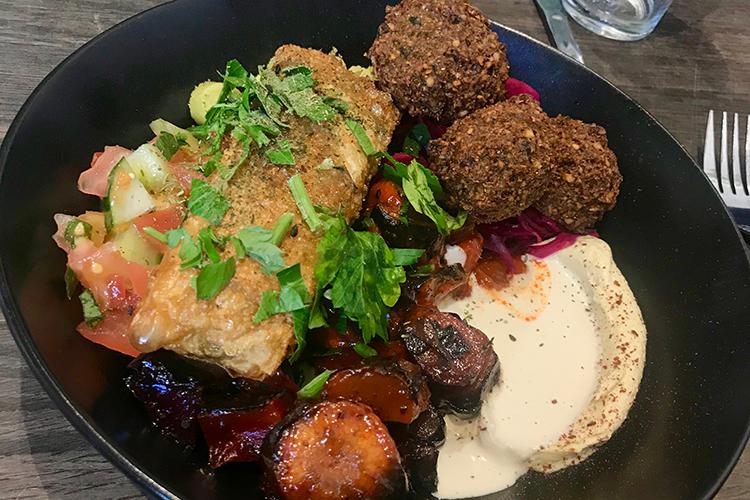 Tallrik med falafel, börek, grönsaker och hommus