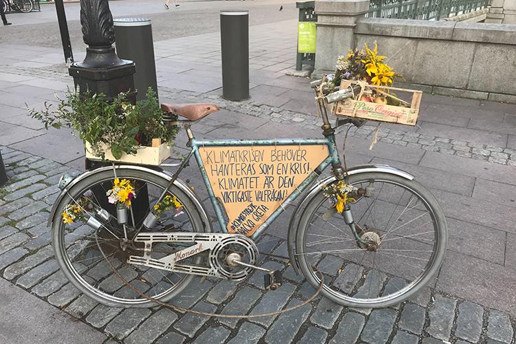Cykel pyntad med blommor och budskap att backa Greta