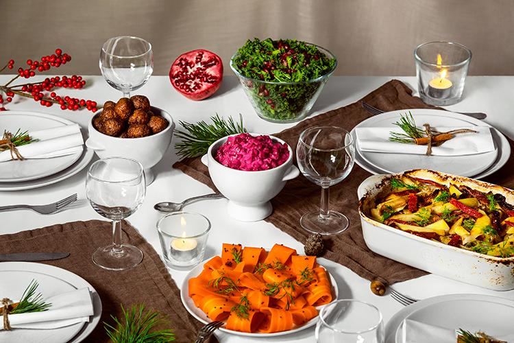 Dukat bord med många olika formar och skålar i vitt