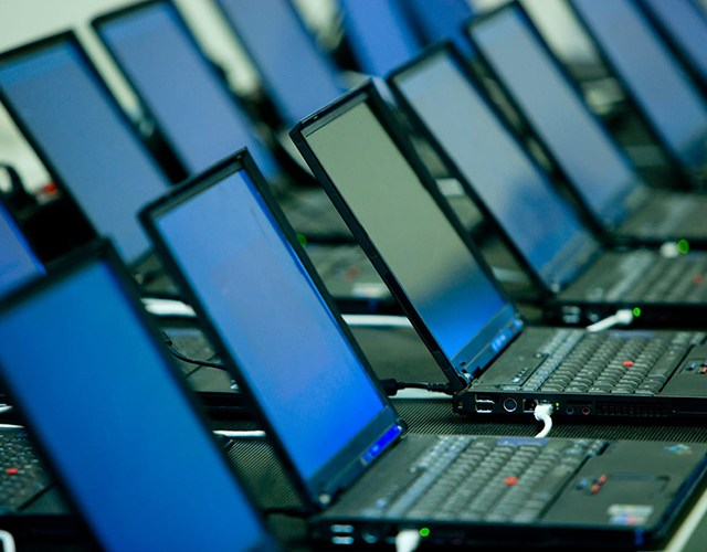 Rader med bärbara datorer