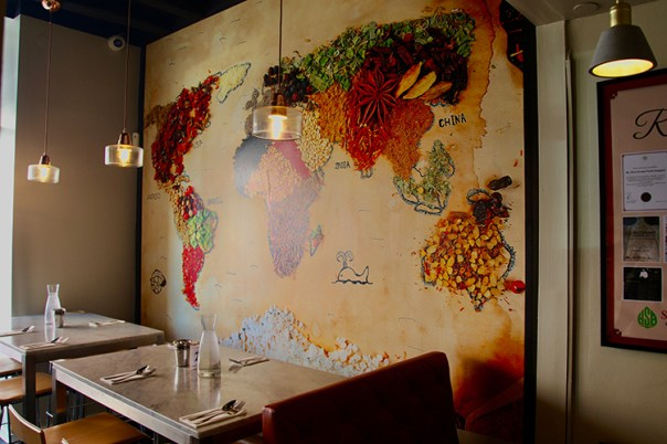 En vägg med en världskarta