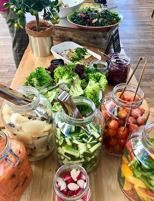 Ett buffetbord med grönsaker