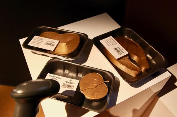 Plastförpackningar med bitar föreställande mat som scannas