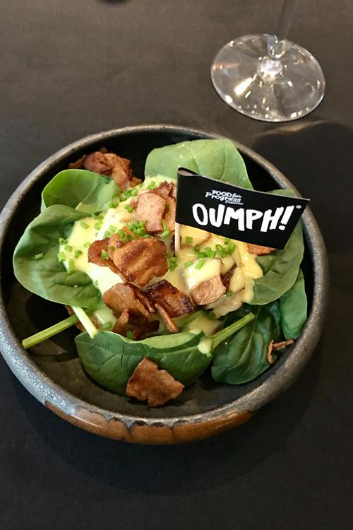 En skål med maträtten Benedict och en liten flagga med texten Pumph!