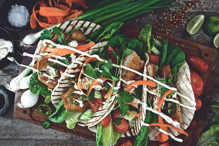 Panerade Quorn veganska fiskfiléer i bröd och grönsaker