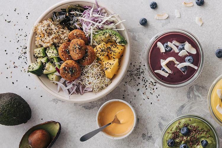 Bowl med bla falafel, quinoa, sallad, mango