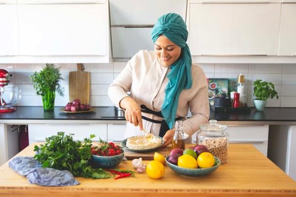 En kvinna står i ett kök och bakar
