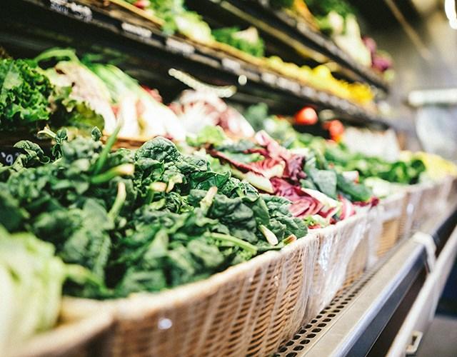 Hylla med grönsaker i en livsmedelsbutik