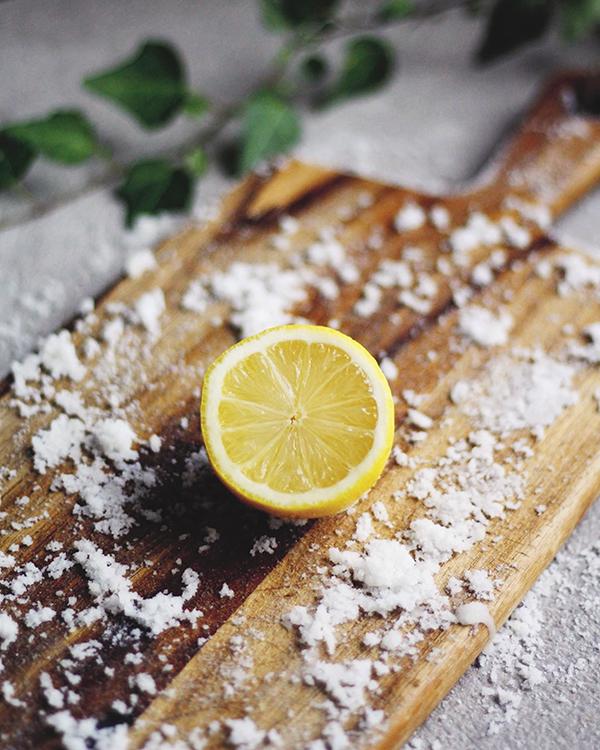 Skärbräda med salt och citron på