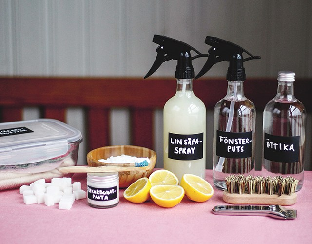 Städprodukter på en rosa duk