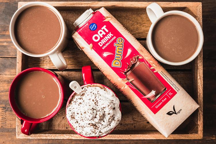 En förpackning Fazer Dumle Havredryck med koppar varm choklad