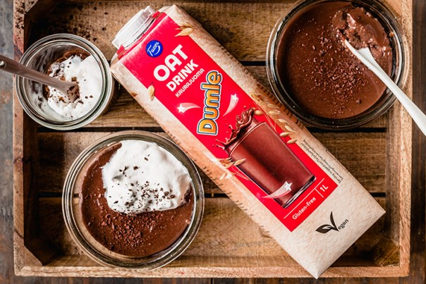 En förpackning Fazer Dumle Havredryck med skålar med chokladpudding