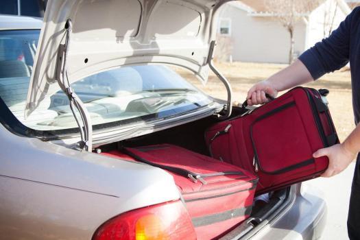 colocando a mala no porta mala