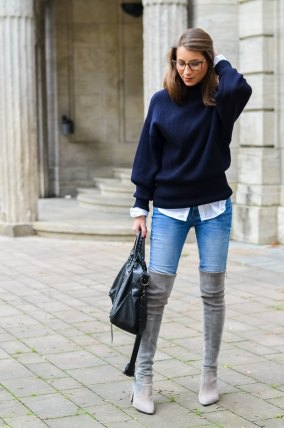 Outfit Herbst Oversized Pullover Overknee Boots Jeans optische Brille 8