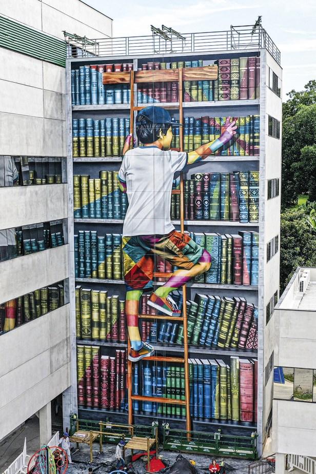 EDUCAÇÃO - O novo trabalho: garotinho na biblioteca celebra escola pública -