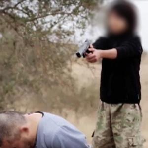 Publicado vídeo de criança atirando em prisioneiros