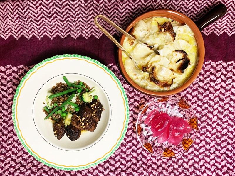oksedeller med dampet grønt, flødesellerie og syltet løg. anrettet i 3 forskellige tallerkner med lyserrødt partisaner underlag