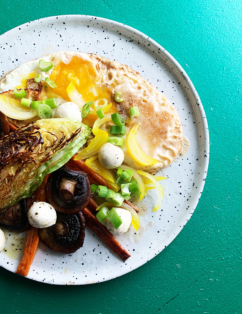 æg i brunet smør og grøntsager