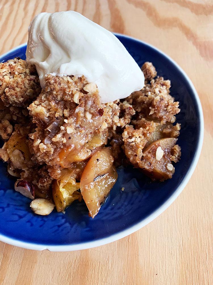 Crumble med æble, fersken og abrikos