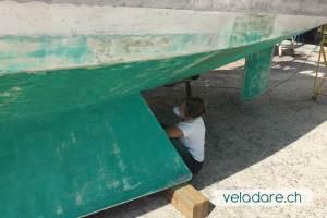 Poncer pour enlever les coquillage sous la coque du bateau