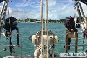 Moteur de dinghy sur le balcon du voilier