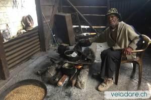 Café torréifié à la main sur le feu