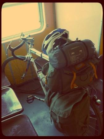 Bicicleta carregada para um S24O. Bolsa de selim gigante Carradice Nelson Longflap, alforge feito a partir de um saco militar e tenda ultra-leve.