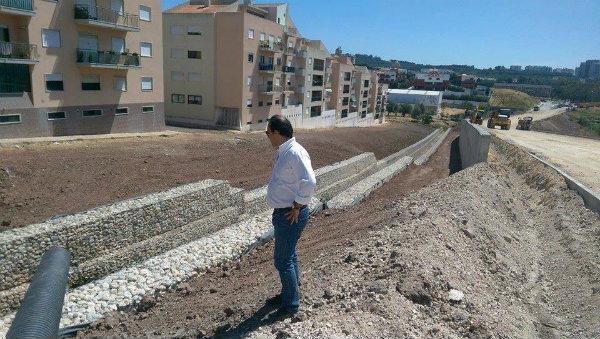 Mais uma grandiosa obra, um viaduto algures num ex-descampado em Oeiras. Sempre à frente!
