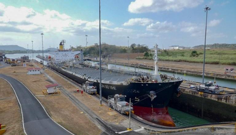 Frachtschiff in der Schleuse im Panama Kanal