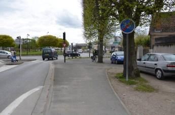 Le panneau indique fin de bande cyclable alors qu'un feu dédié aux cyclistes les attend 15 mètres plus loin.