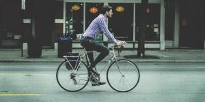 Homme d'affaire vélo