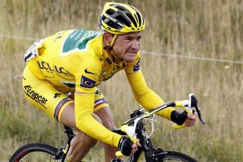 thomas-voeckler-s-est-fait-une-belle-frayeur-mais-conserve-son-beau-maillot-jaune-photo-maxppp
