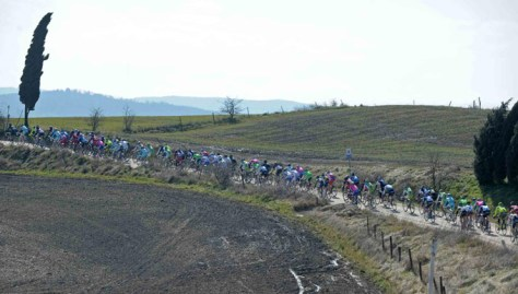 The riders tackle the tough strade in last year's race (Image: Strade Bianche/Gazzetta.it)