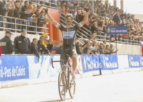 Niki Terpstra savous the applause in the Roubaix velodrome (Image: ASO)